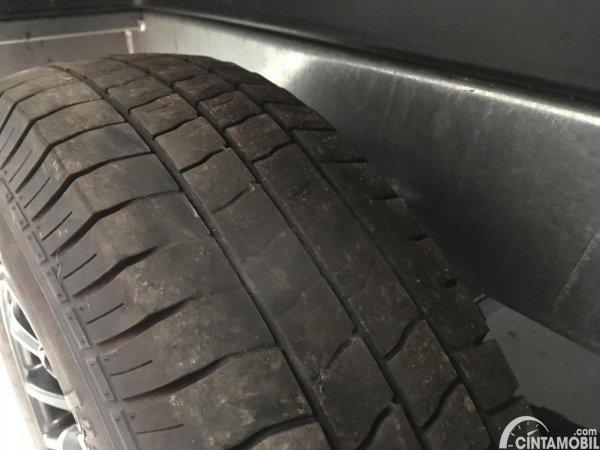 menghindari flat spot pada ban mobil