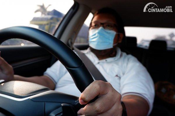 Foto tim Cintamobil.com sedang mengemudi menggunakan masker