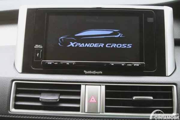 Gambar head unit Mitsubishi Xpander Cross Rockford Fosgate Black Edition 2020