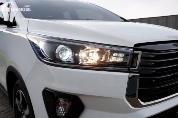 Foto headlamp Toyota Innova Venturer 2020