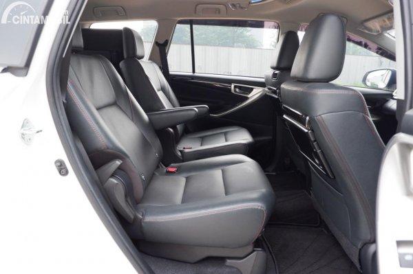 Foto kursi baris kedua Toyota Innova Venturer 2020