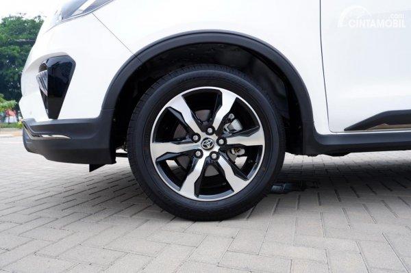 Foto ban dan velg Toyota Innova Venturer 2020