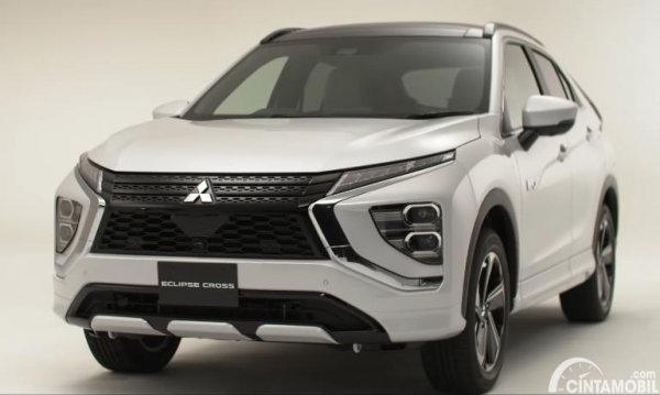 Tampilan depan Mitsubishi Eclipse Cross 2021 berwarna putih