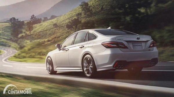 Foto tampilan belakang Toyota Crown 2021