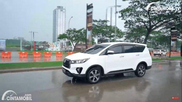 Foto Toyota Innova Venturer Diesel 2020 saat melibas hujan