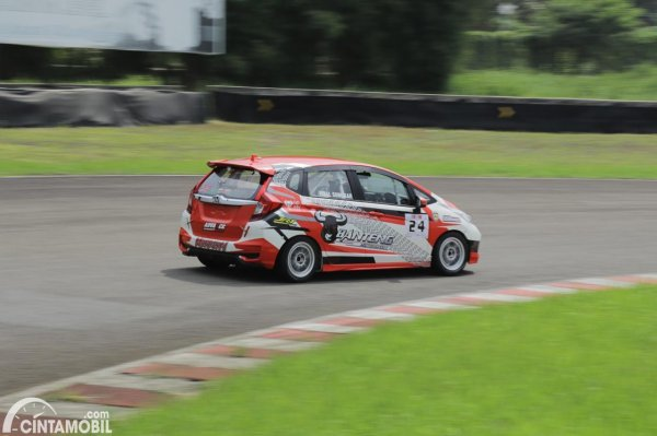 Gambar Honda Jazz Rizal Sungkar Banteng Motorsport