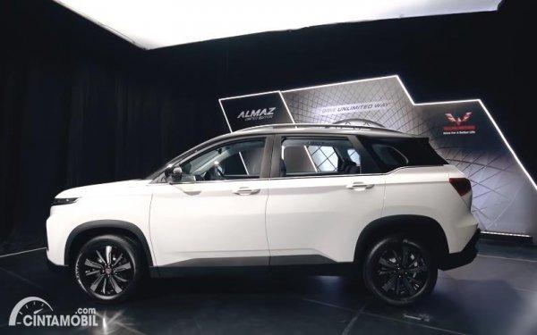 Tampilan samping Wuling Almaz Limited Edition 2020 berwarna putih