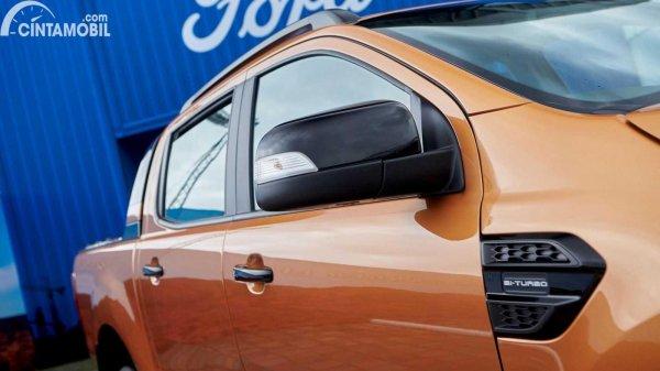 Tampilan samping Ford Ranger 2021 berwarna kuning