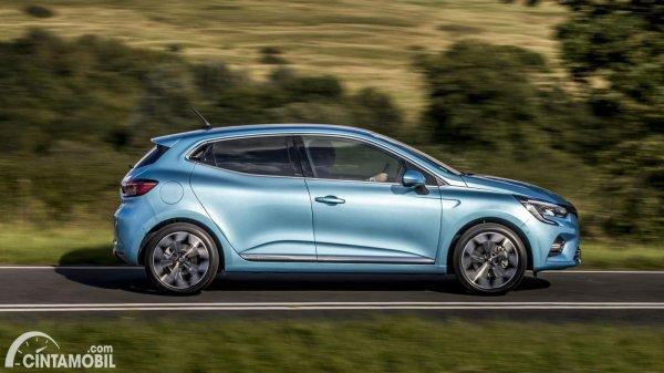 Tampilan samping Renault Clio E-Tech 2020 berwarna biru