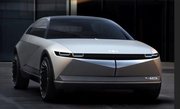 Foto menunjukkan Hyundai 45 EV Concept tampak dari samping depan