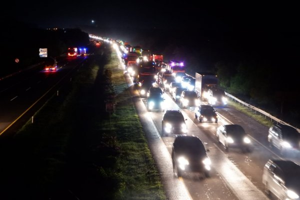 Foto menunjukkan suasana Lalu lintas jalan Tol Kanci-Pejagan malam Tahun Baru 2021