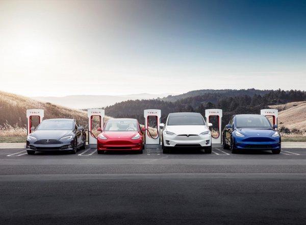 Foto menunjukkan model lengkap Tesla
