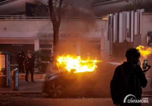 mobil terbakar yang terjadi di Prancis