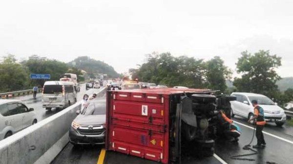Foto Kecelakaan beruntun di KM 428 Tol Trans Jawa ruas Semarang-Solo