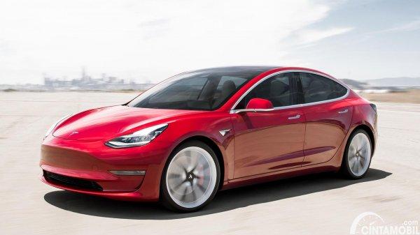 Tesla Model 3 berwarna merah