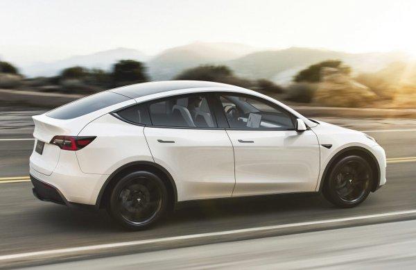 Foto Tesla Model Y tampak samping