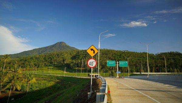 Foto salah satu persimpangan Jalan Tol Manado-Bitung
