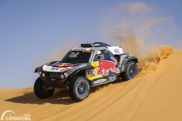 Stephane Peterhansel mengendarai MINI X-Raid JCW Buggy #302 di Dakar 2021 Stage 6