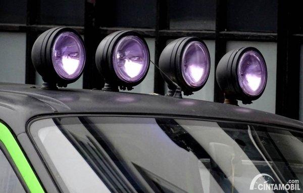 Lampu Tembak di Atap Mobil