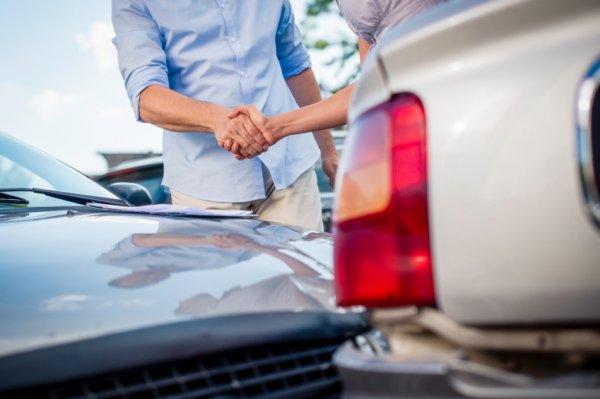 Gambar menunjukan asuransi mobil