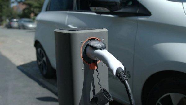 Gambar menunjukan Charging mobil listrik