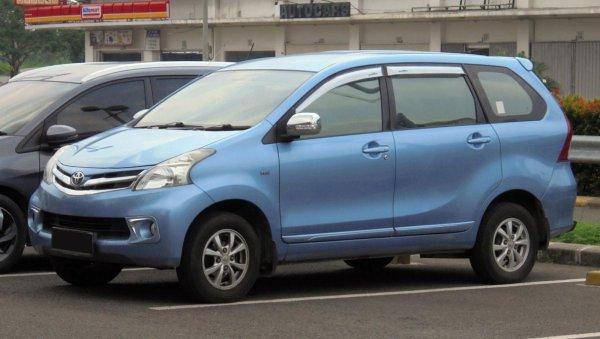 Foto menunjukkan Toyota Avanza 2012 - Generasi kedua