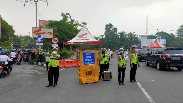Foto menunjukkan suasana lalu lintas di Surabaya hari pertama PPKM