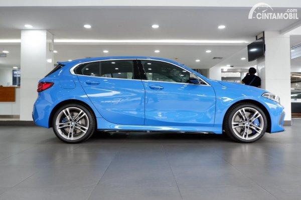 Foto tampilan samping BMW M135i xDrive 2020