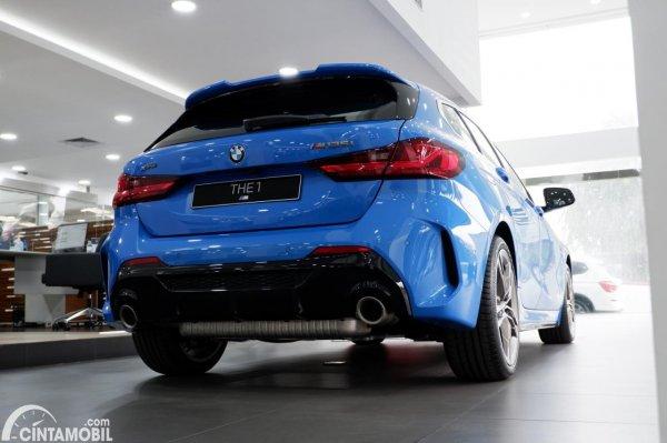 Foto tampilan belakang BMW M135i xDrive 2020