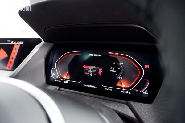 Foto BMW Live Cockpit di BMW M135i xDrive 2020