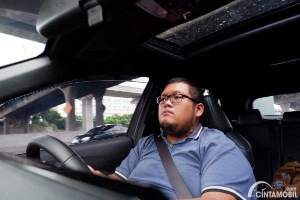 Foto tim Cintamobil.com sedang mengemudi Toyota Corolla Cross Hybrid