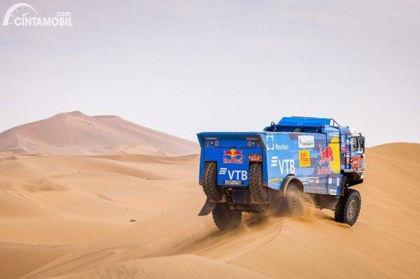 Salah satu truk Kamaz Master beraksi di Reli Dakar 2021 Stage 11