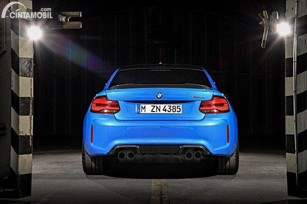 Tampilan belakang BMW M2 CS 2020