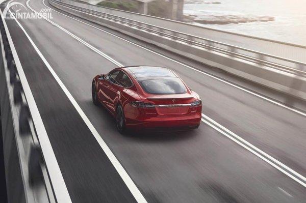 Tesla Model S merah