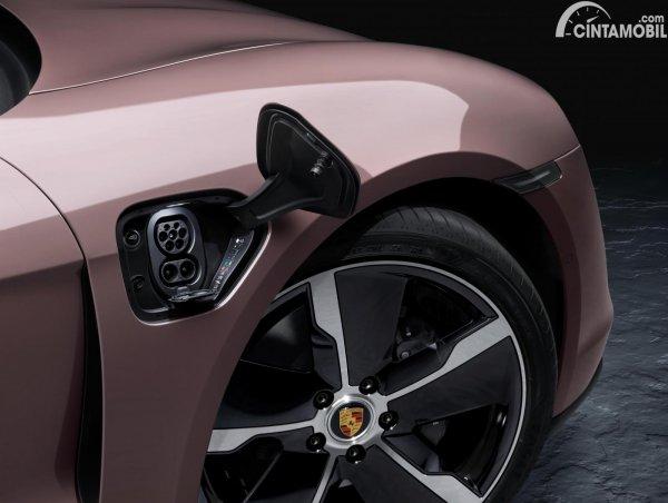 Port pengisian baterai Porsche Taycan RWD