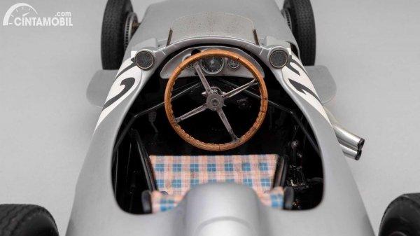 Detail kabin miniatur Mercedes W196 Monoposto buatan Amalgram