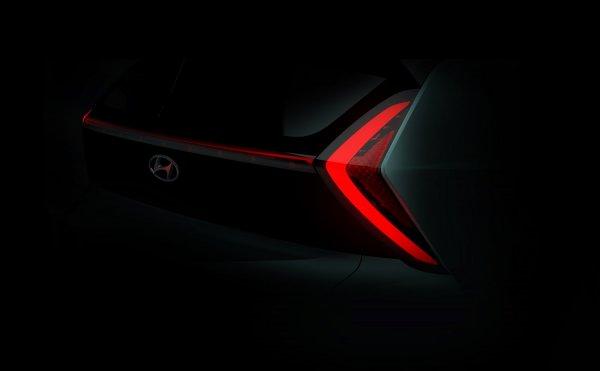 Foto menunjukkan Teaser Hyundai Bayon bagian belakang