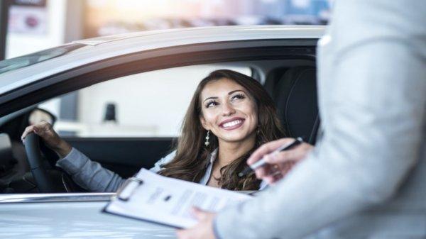 wanita membeli mobil