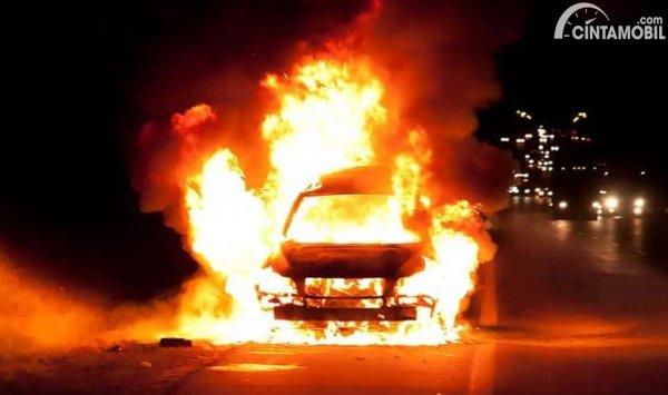 Mobil Terbakar di Jalan