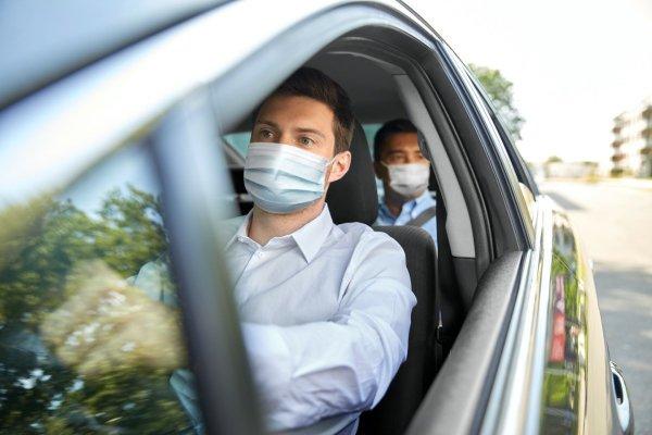 Foto menunjukkan pengendara memakai masker di dalam kendaraan