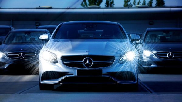 Foto menunjukkan Mercedes Benz LED Headlight