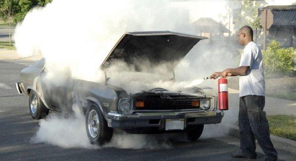 Gambar menunjukan Mobil terbakar