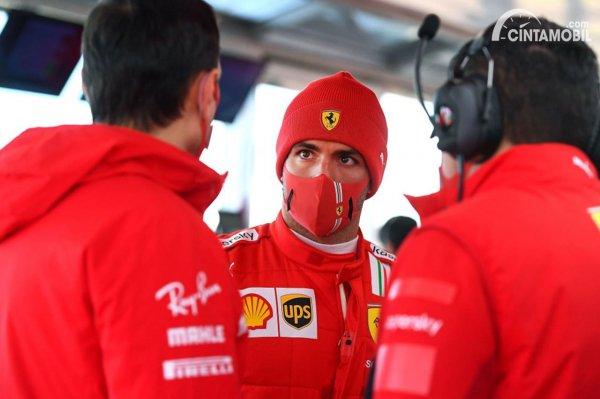 Carlos Sainz Jr tengah berbincang dengan timnya saat tes pertama bersama Ferrari