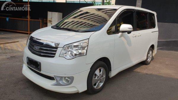 Foto menunjukkan Toyota NAV1 tampak samping depan