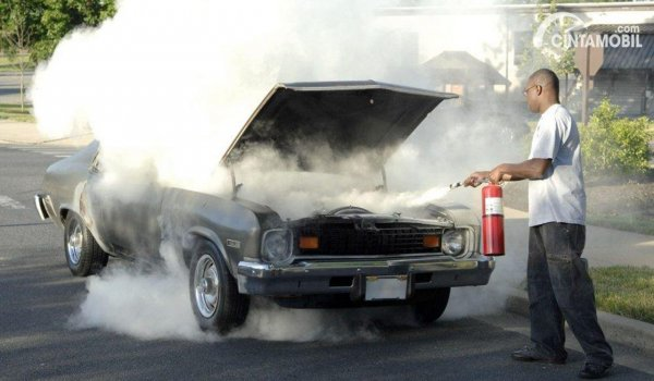 Memadamkan mobil terbakar dengan APAR