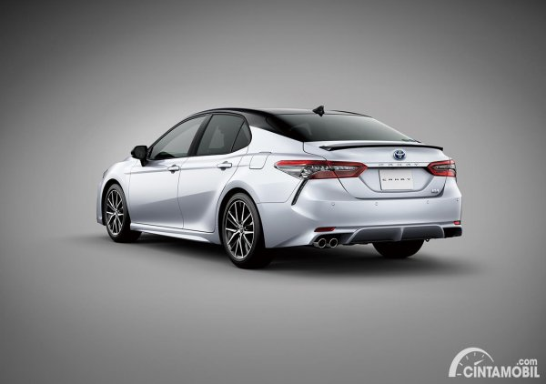 Tampilan belakang Toyota Camry facelift model Sport