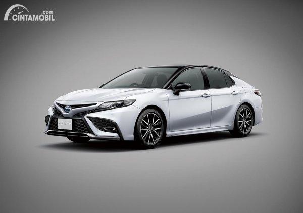 Tampilan depan Toyota Camry Sport tipe facelift