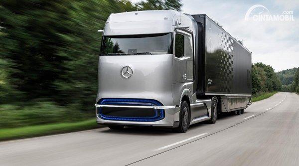 truk listrik Daimler berwarna perak di jalanan