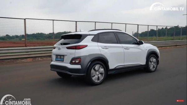 Foto tampilan samping Hyundai KONA EV