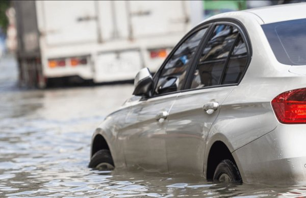 Bisa Bikin Mogok, Ketahui Batas Aman Mobil Menerjang Banjir